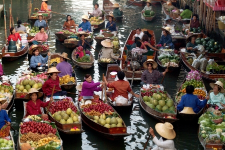 asian produce: RATCHABURI,THAILAND -JAN 2013   Local peoples sell fruits,food and products at Damnoen Saduak floating market,on Jan 1,2013 in Ratchaburi,Thailand  Dumnoen Saduak is a very popular tourist attraction