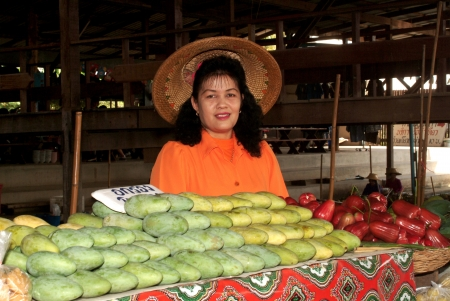 saduak: RATCHABURI,THAILAND -JAN 2013   Local peoples sell fruits,food and products at Damnoen Saduak floating market,on Jan 1,2013 in Ratchaburi,Thailand  Dumnoen Saduak is a very popular tourist attraction