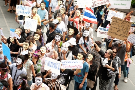 guy fawkes mask: Bangkok,Thailand-June 2,2013   About 700 demonstrators from the anti-government V for Thailand group wear Guy Fawkes masks to protest against the government at the Central World shopping complex on June 2,2013 in Bangkok,Thailand