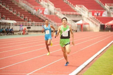 PHATUMTANI,THAILAND-SEPTEMBER,6   Men player action 4 x 400 relay in Thailand Open Athletic Championship 2013 at Thammashat University stadium on September 6,2013 ,Phatumtani city in Middle of Thailand