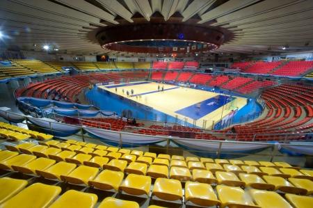 Kleurrijke stoelen in het stadion Redactioneel