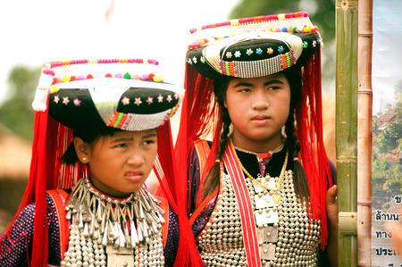 tribu: Retrato del adolescente Lisu Hill Tribe Minor�as.