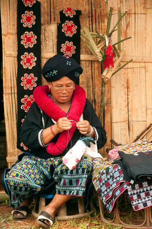 tribu: Senior Mein Hill Tribe Minority embroidery her clothes in Thailand.
