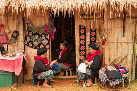 tribu: Superior Mein tribu de la colina de la minor�a bordado de la ropa en Tailandia. Editorial