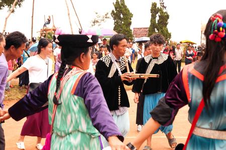 tribu: Lisu Hill Tribe Minority in traditional dancing in Thailand.