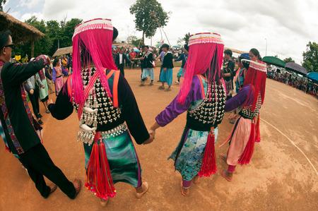 tribu: Lisu Hill Tribe Minor�a en el baile tradicional en Tailandia.
