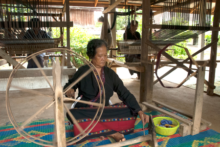 tribu: Lua or Thin Hill Tribe Minority spinning in Thailand. Editorial