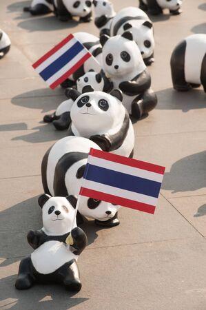 humanismo: 1.600 pandas Gira Mundial en Tailandia por WWF en Sanamluang, Bangkok.1600 pandas papel marche est�n hechos de materiales reciclados para representar 1600 pandas en estado salvaje.