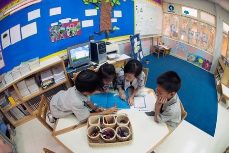 ฺBANGKOK,THAILAND - MARCH 22,2009 : Unidentified young students are learning about skills training in classroom at Amnuay Silpa school , Bangkok capital city, Middle of Thailand. 新聞圖片