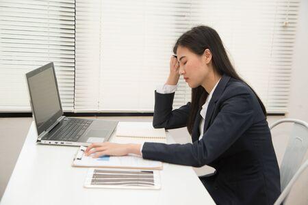 : Asia mujer de negocios hermosa joven que sufre estrés trabajando en la oficina de sentirse cansado y desesperado con exceso de trabajo, abrumado y frustrado. 8