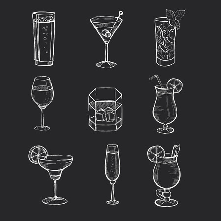 coquetel: Mão diferentes bebidas desenhado no quadro-negro.