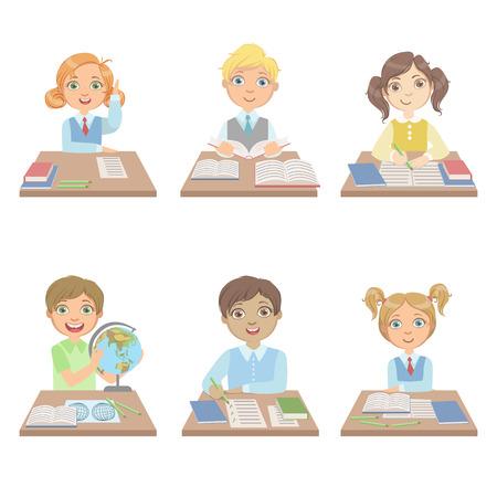 Kinder hinter den Schreibtischen in der Schule Reihe von einfachen Design Illustrationen im netten Spaß-Cartoon-Stil isoliert auf weißem Hintergrund