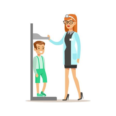 Ragazzo Sul check-up medico con la femmina pediatra medico facendo Esame obiettivo misura il suo Heights per il pre-scuola di ispezione sanitaria