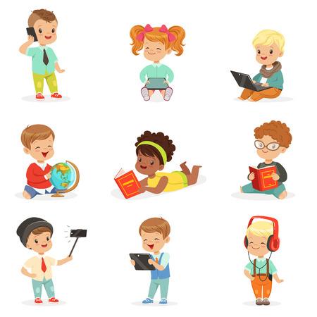 현대 가제트를 사용하고 책, 유년기 및 귀여운 일러스트레이션의 기술 시리즈를 읽는 작은 아이들