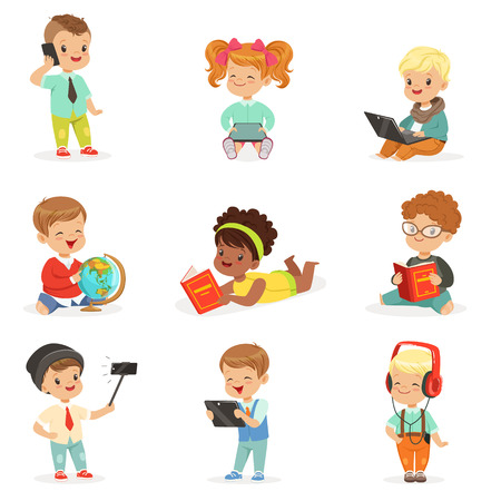 Kleine kinderen met behulp van moderne gadgets en het lezen van boeken, kindertijd en technologie Serie van schattige illustraties
