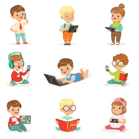 小さな子供の現代的なガジェットを使用して、本を読んで幼年期および技術セット キュートなイラストの  イラスト・ベクター素材