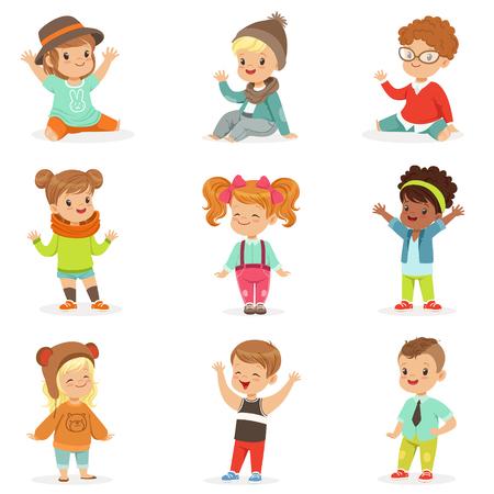 Los niños pequeños se vistieron en ropa de moda de niños lindos, conjunto de ilustraciones con niños y estilo