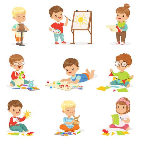 Kleinkinder in der Kunst-Klasse in der Schule, die verschiedene kreative Tätigkeiten, Malerei, arbeitend mit Kitt und Ausschnitt-Papier tut.