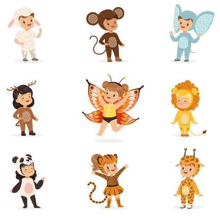 Arten in der Tierkostüm-Verkleidung glücklich und bereiten für Halloween-Maskerade-Party vor Sammlung der verzierten Kleinkinder