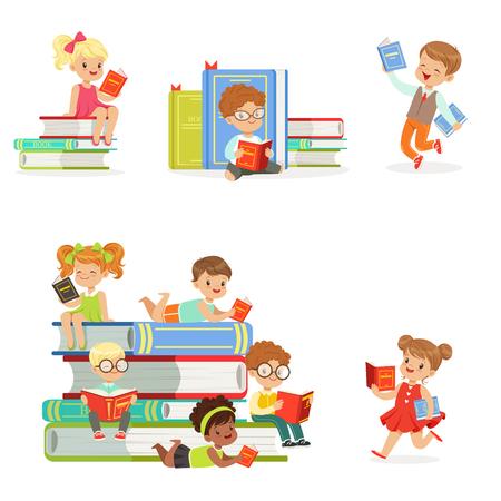 Niños leyendo libros y disfrutando de la literatura Conjunto de niños lindos y las niñas que aman a leer sentado y acostado rodeado de pilas de libros. Foto de archivo - 74887385