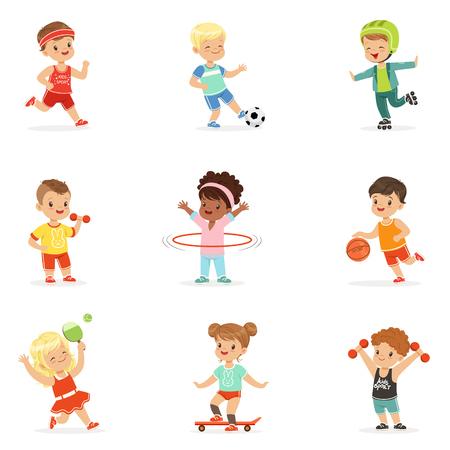 Pequeños niños jugando juegos deportivos y disfrutando de diferentes ejercicios de deportes al aire libre y en el gimnasio Conjunto de ilustraciones de dibujos animados