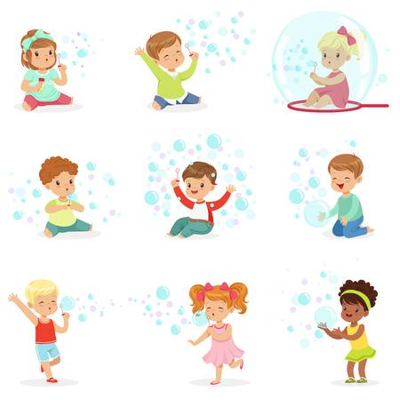 Kinderen die met kleurrijke zeepbels, vakantietentoonstelling van zeepbels bij een kinderenpartij spelen Stock Illustratie