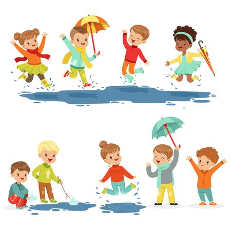 Pequeños niños sonrientes lindos que juegan en charcos, fijados para el diseño de la etiqueta. Ocio activo para niños. Dibujos animados detallados ilustraciones coloridas