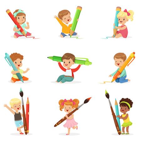 niño parado: Lindos niños pequeños con lápices, plumas y pinceles grandes, establecer para el diseño de la etiqueta. Educación y desarrollo infantil. Dibujos animados detalladas ilustraciones coloridas