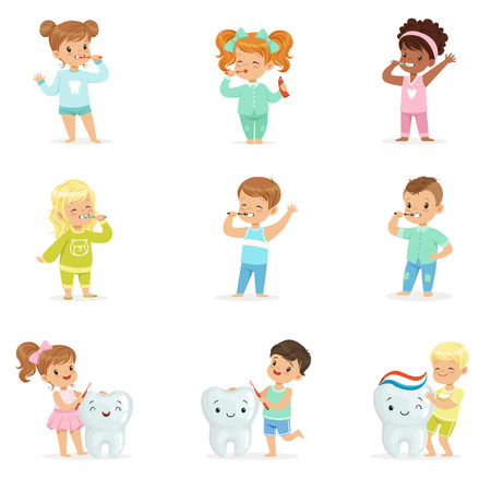 귀여운 작은 소년과 소녀 치아를 칫 솔 질입니다. 다채로운 만화 캐릭터