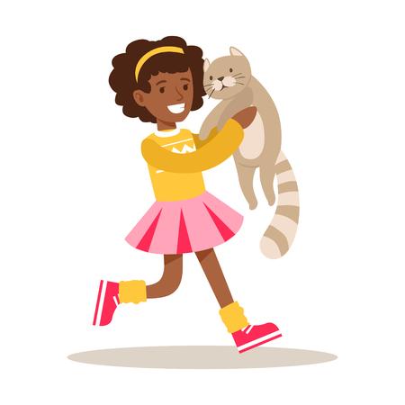 Gelukkig meisje dat een grijze kat op haar handen houdt. Kind heeft plezier met het spelen en verzorgen van zijn huisdier. Kleurrijke cartoon karakter vector illustratie geïsoleerd op een witte achtergrond