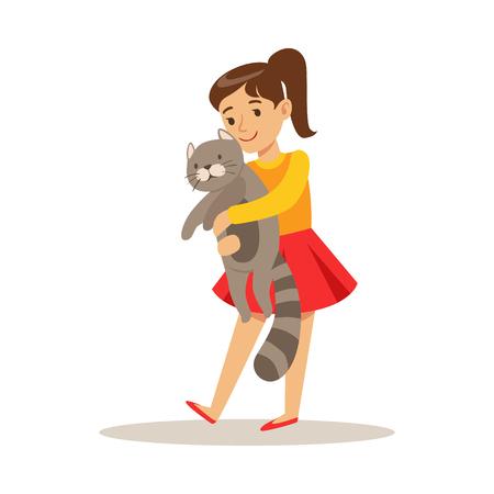 Leuk meisje dat een grijze kat op haar handen houdt. Kind heeft plezier met het spelen en verzorgen van zijn huisdier. Kleurrijke cartoon karakter vector illustratie geïsoleerd op een witte achtergrond