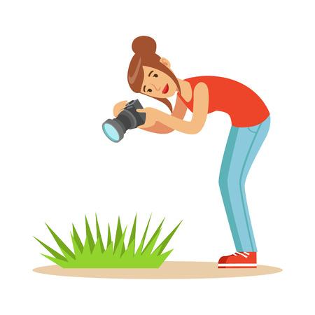 Beatuful mujer tomando la foto de la hierba verde con su cámara. Ilustración de vector de caracteres coloridos Foto de archivo - 78256537