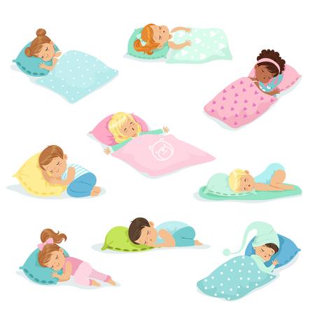 Aanbiddelijke kleine jongens en meisjes die zoet in hun bedden, kleurrijke karakters vectorillustraties slapen