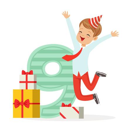 Ragazzo di nove anni felice che celebra il suo compleanno, illustrazione variopinta di vettore del personaggio dei cartoni animati Archivio Fotografico - 79655024