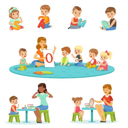 Des petits garçons et des filles souriants assis sur le sol et étudiant l'alphabet avec leurs enseignants. Activité des enfants dans les illustrations vectorielles colorées de la maternelle Banque d'images - 81795923