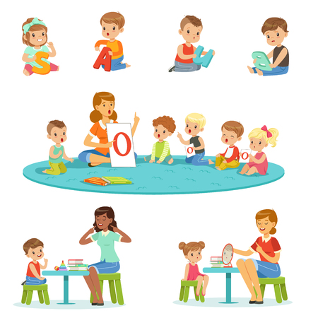 Uśmiechnięci chłopiec i dziewczyny siedzi na podłoga i studiuje abecadło z ich nauczyciela setem. Children aktywność w dziecinnych kolorowych wektorowych ilustracjach