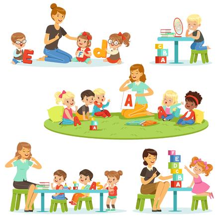 Insegnante che spiega l'alfabeto ai bambini intorno al suo set. Ragazzini e ragazze sorridenti che giocano e che studiano nelle illustrazioni di vettore di asilo