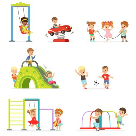 Leuke cartoon kleine kinderen spelen en plezier hebben op de speeltuin set vectorillustraties geïsoleerd op een witte achtergrond