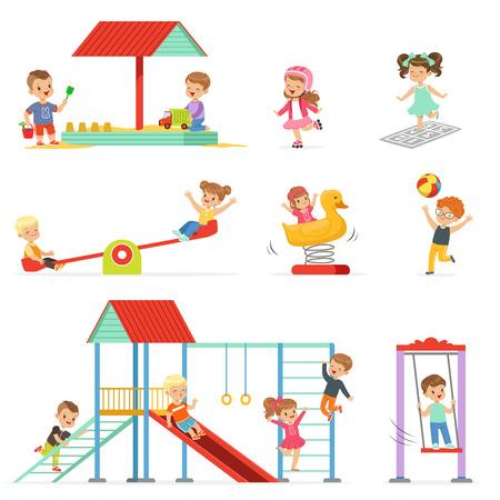 Leuke cartoon kleine kinderen spelen en plezier hebben op de speeltuin set, kinderen spelen buitenshuis vector Illustraties geïsoleerd op een witte achtergrond
