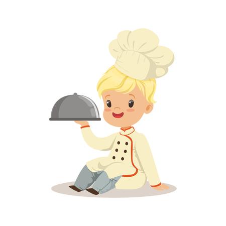 Netter kleiner Junge, der eine silberne Clochelebensmittelservierplatten-Vektor Illustration lokalisiert auf einem weißen Hintergrund hält Standard-Bild - 82766376