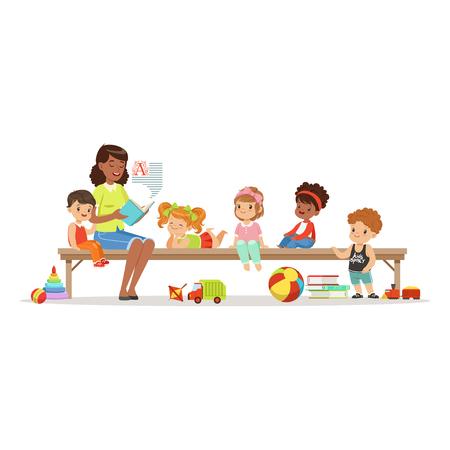Profesor leyendo un libro a los niños mientras está sentado en un banco, educación infantil y educación en preescolar o jardín de infantes, personajes coloridos Ilustración de vector