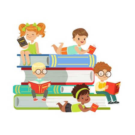 Cute chłopców i dziewcząt siedzi na stosie książek i czytanie książek, dzieci korzystających z czytania, kolorowe znaki wektor ilustracja