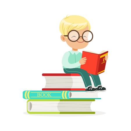 Slimme jongenszitting op stapel van boeken en lezing een boek, jong geitje die van lezing, kleurrijke karakter vectorillustratie genieten