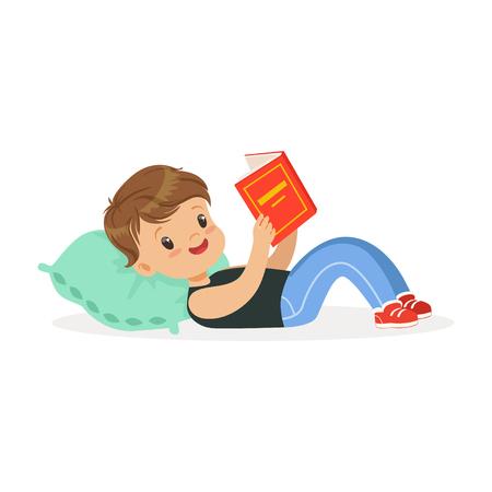 Leuk weinig jongen die op een hoofdkussen liggen en een boek lezen, jong geitje die van lezing, kleurrijke karakter vectorillustratie genieten