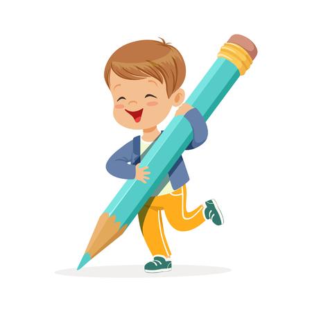 Leuke gelukkige kleine jongen die de reuze lichtblauwe vectorillustratie van het potloodbeeldverhaal op een witte achtergrond houdt Stock Illustratie