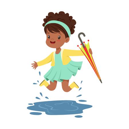 Leuk meisje die kleurrijke paraplu houden en in de vectorillustratie van het regenbeeldverhaal op een witte achtergrond spelen