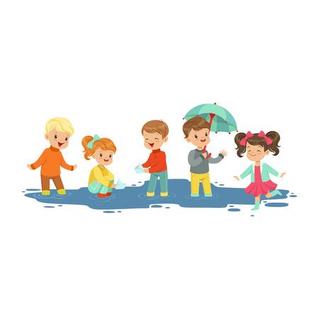 Leuke glimlachende kleine jongens en meisjes die en door de vulklei springen bespatten, jonge geitjes die in de vectorillustratie van het regenbeeldverhaal spelen