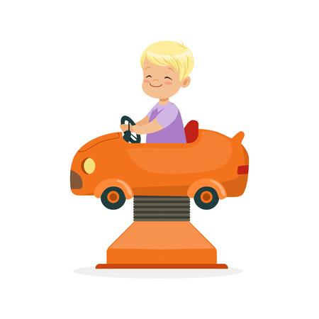 De leuke blonde weinig jongen die op een oranje auto, jong geitje berijden heeft een pret in de vectorillustratie van het pretparkbeeldverhaal Stock Illustratie
