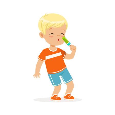 Leuk blonde weinig jongenskarakter die de vectorillustratie van het roomijsbeeldverhaal eten