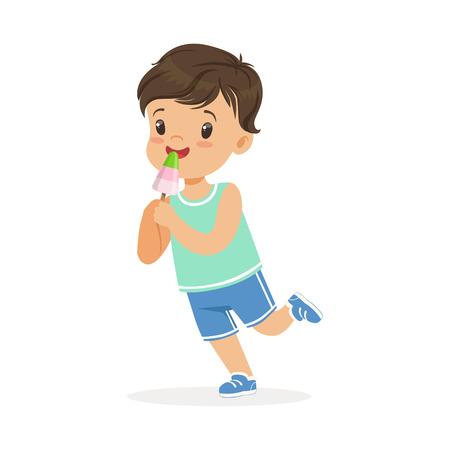 かわいい幸せな小さな男の子の文字を食べるアイスクリーム漫画ベクトルイラスト